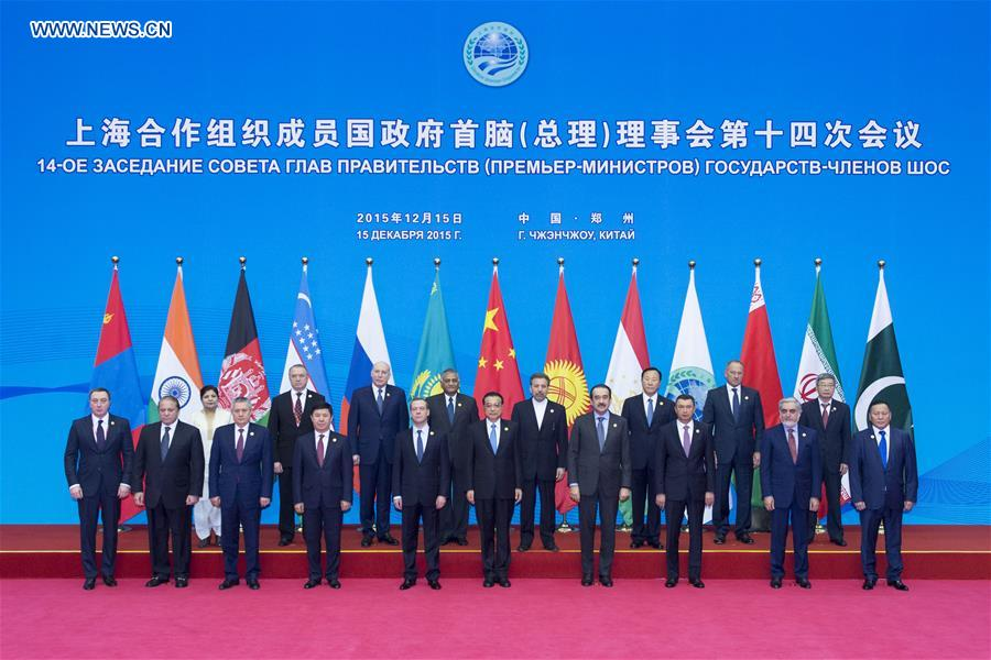 Li poses for group photo with participants of 14th SCO PMs' meeting